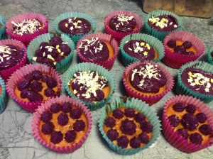 """Cupcakes Passion : biscuit au Fruit de la Passion, glaçage au """"Litchi"""" et noix de coco."""