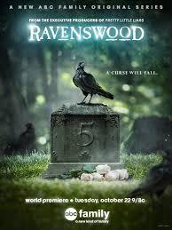 Une dérivation de Pretty Little Liars. C'est flippant à souhait, surtout que Ravenswood est le nom de famille du Manoir Fantôme de notre cher parc d'attraction Français.