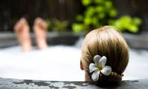 ENFIN ! dans un bain moussant aux fruits de la passion feuilletant Grazia